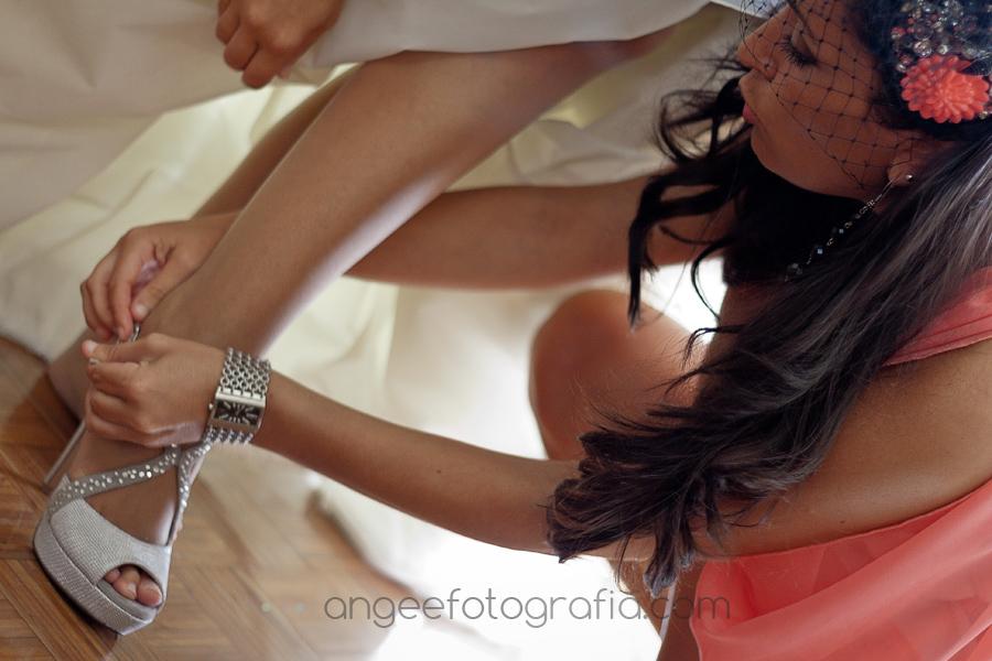 calzando a la novia