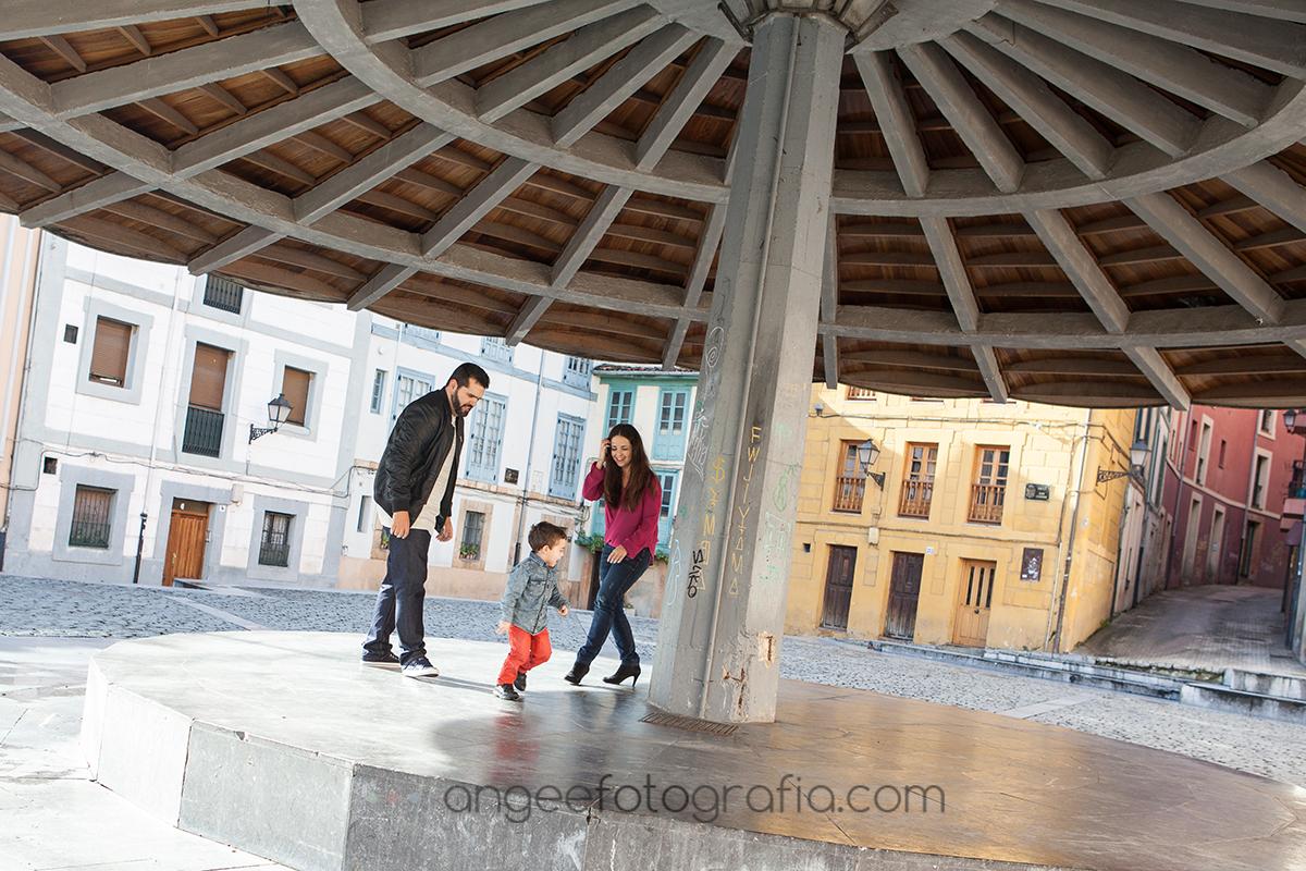 Pre boda urbana en la plaza del paraguas de Oviedo por Angela Gonzalez Fotografía