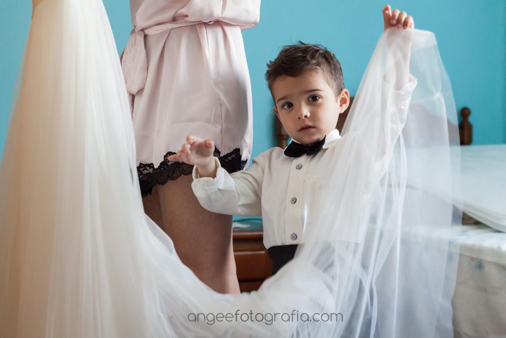 Novia vistiendose en casa con su hijo, boda de J&C, por Angela Gonzalez Fotografía