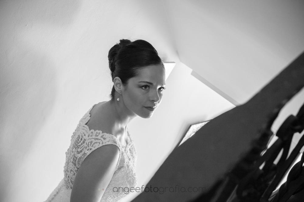 Novia vestida en su casa, boda de Jessica y Christian por Angela Gonzalez Fotografía