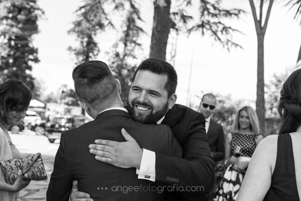Novio saludando a sus invitados, boda de Jessica y Christian