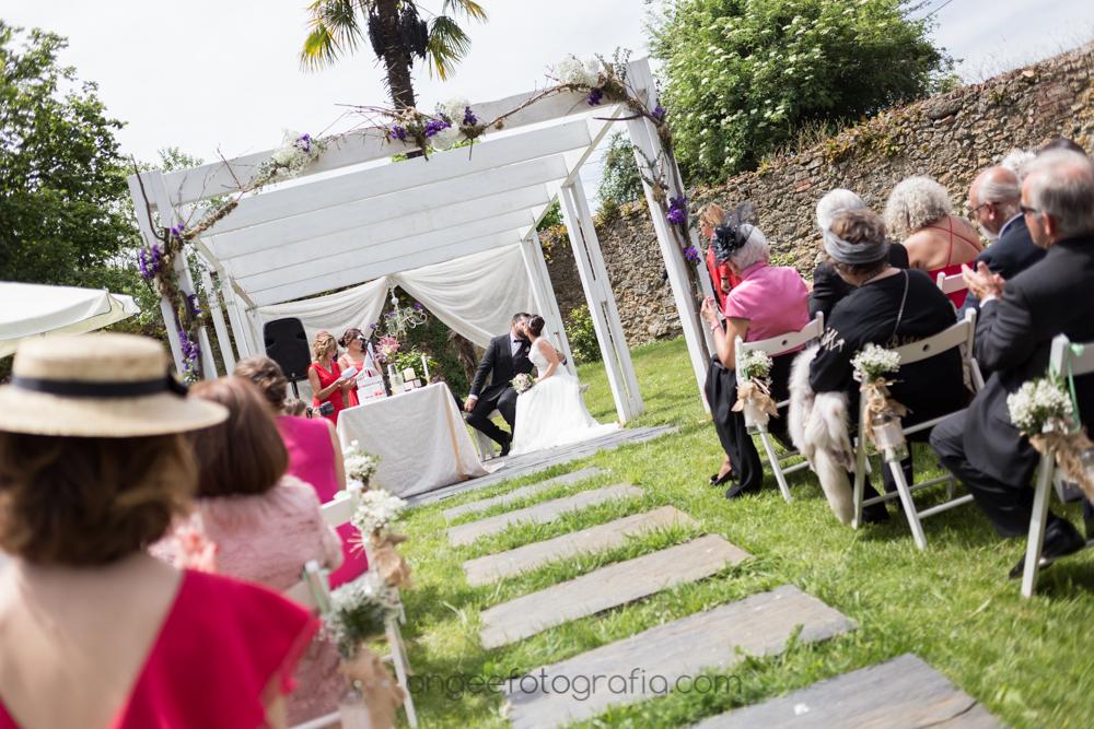 Ceremonia en los jardines del Restaurante De Labra en Oviedo, boda de Jessica y Christian