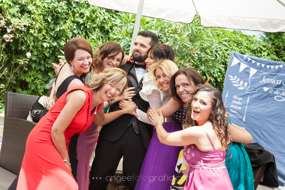 Foto de grupo, novio cn amigas en la boda de J&C