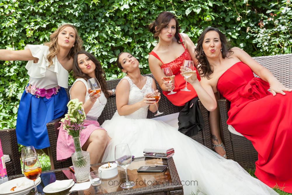 Foto de novia con amigas en el cóctel de la boda de J&C