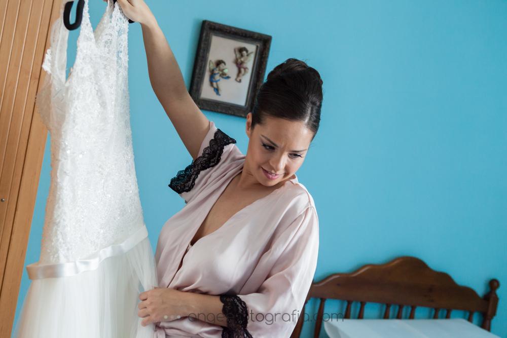 Novia vistiendose en su casa, boda de J&C, por angeefotografia.com