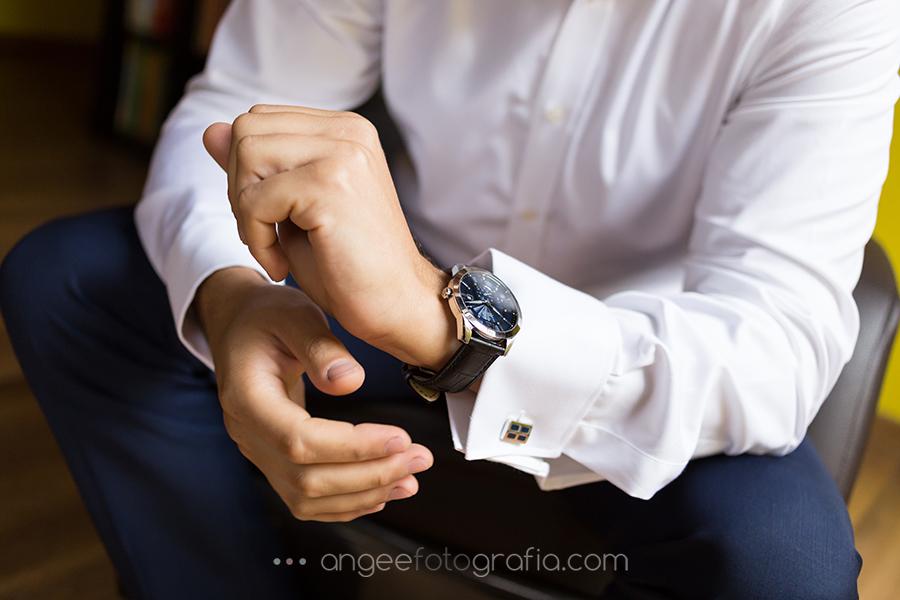 Detalle del reloj en la preparación de la boda de Pablo y Rocio en Covadonga