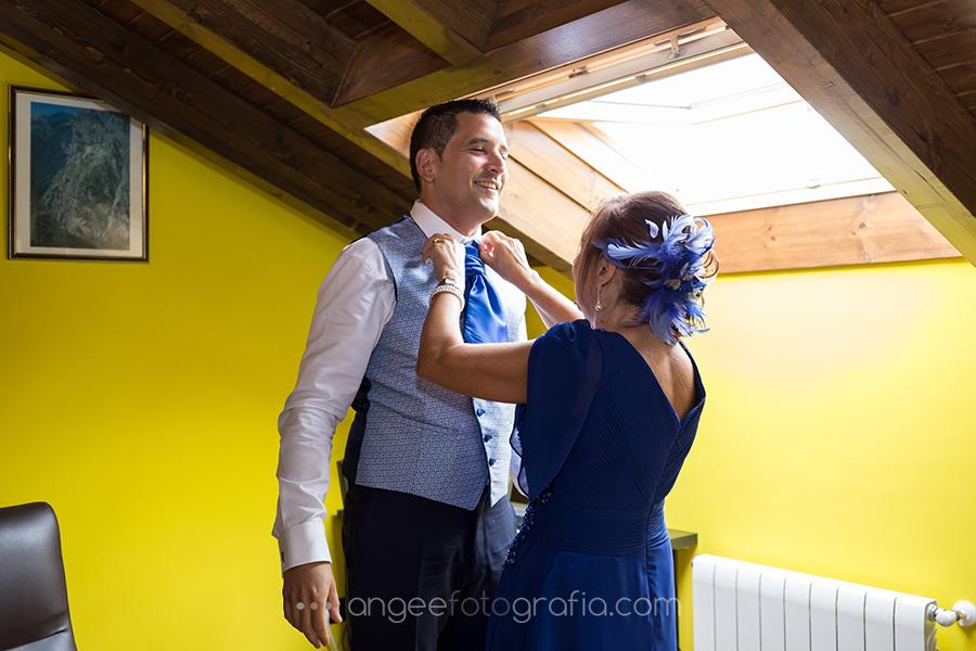 Preparación del novio con su madre en la boda de Rocio y Pablo en Covadonga