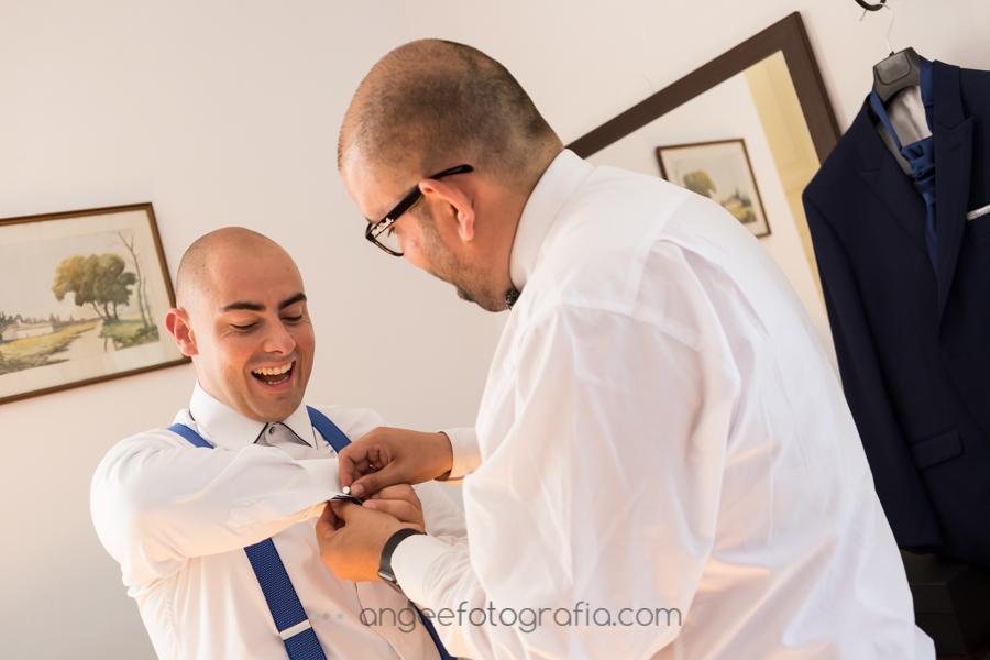 Preparación del novio. Angela Gonzalez Fotografía. Boda consuelo y David. Colocación de gemelos
