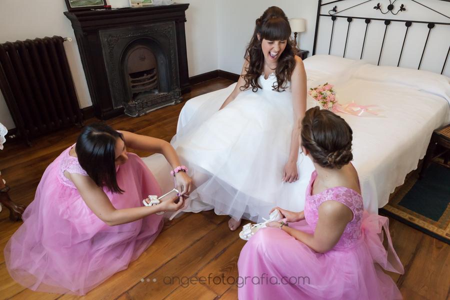 Preparación de la novia en la Quinta del Ynfazón. angeeefotografía.com. Poniendose los zapatos.
