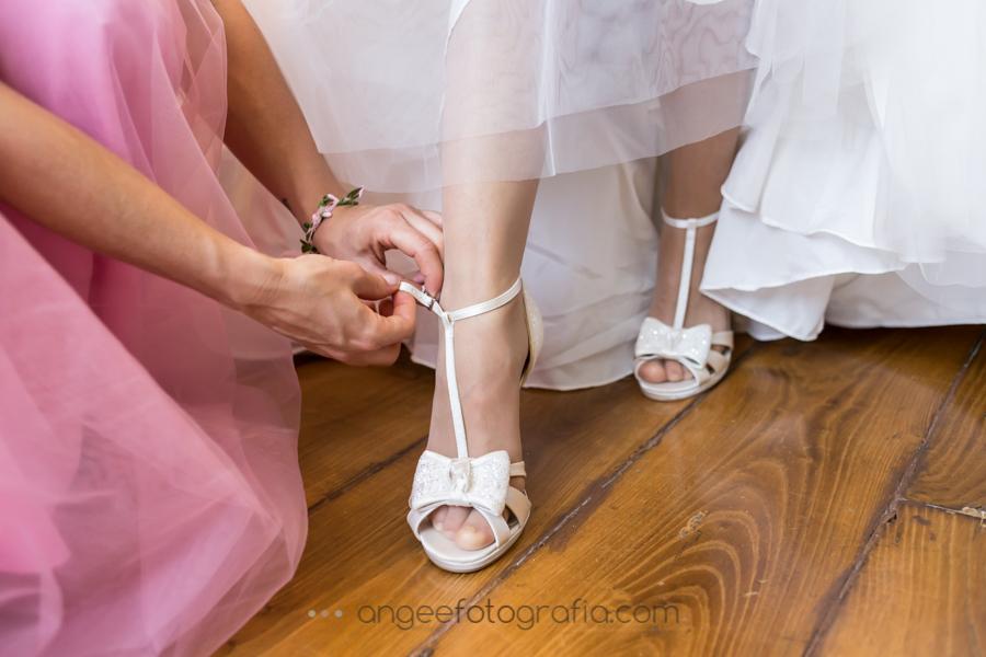 Preparación de la novia en la Quinta del Ynfazón. angeeefotografía.com. Boda consuelo y David. Zapatos de novia