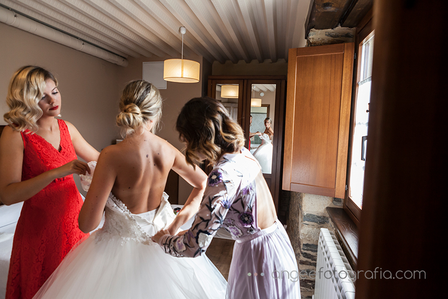 Preparativos de la novia angeefotografia novia vistiendose boda en Luarca