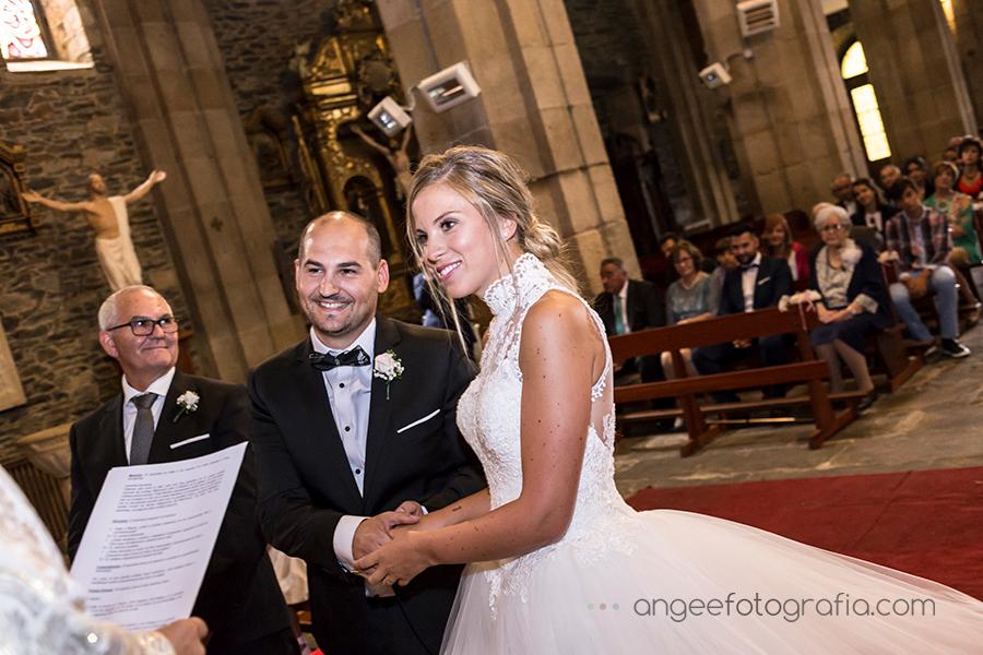 Boda de Raquel y Jorge en Luarca novios en el altar
