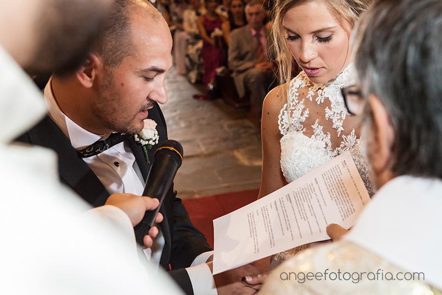 Boda Raquel y Jorge en Luarca Novios dandose el si quiero Angela Gonzalez Fotografía