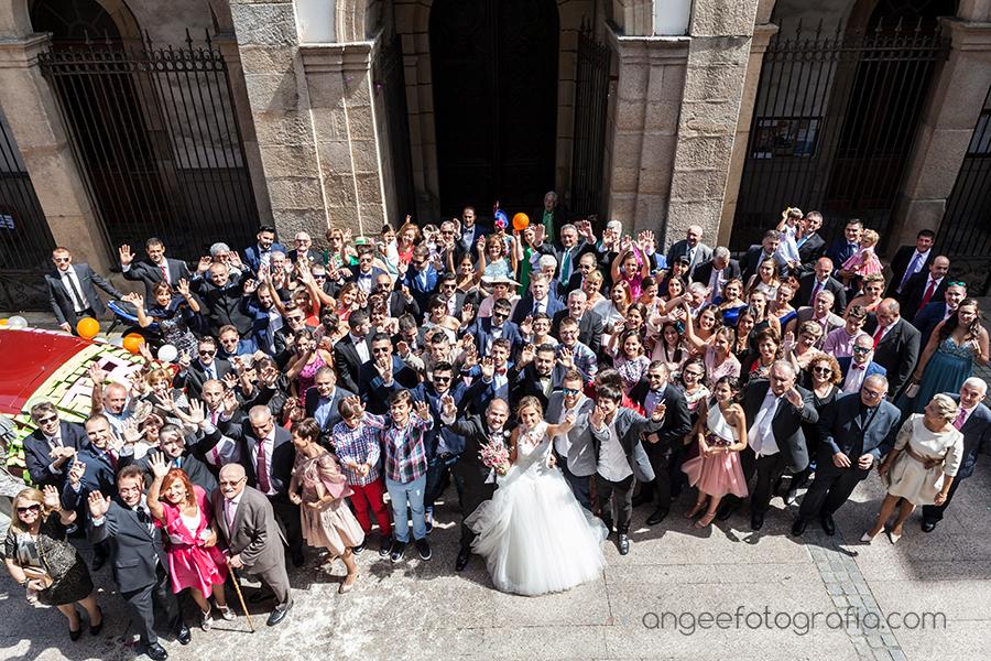 Boda Raquel y Jorge todos los invitados a la salida de la iglesia en Luarca