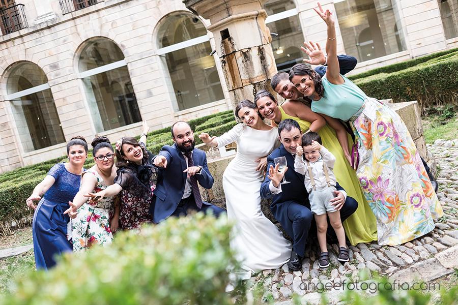 Fotos de grupos en la Boda de Ana y Bruno en el Monasterio de Corias en Cangas de Narcea Angela Gonzalez Fotografía