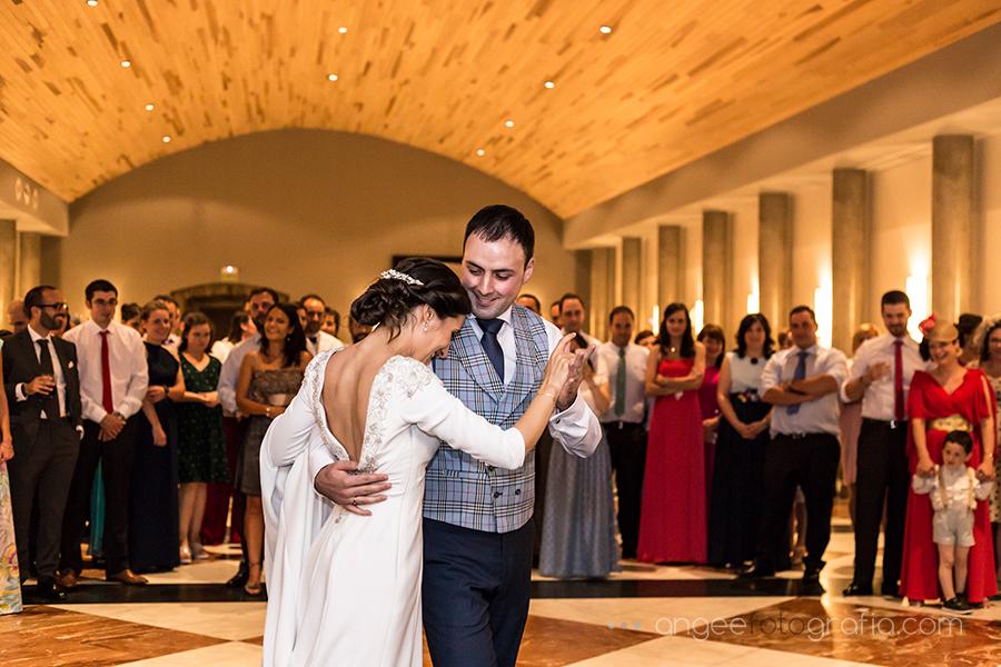 Baile de los novios Ana y Bruno en el Parador Monasterio de Corias en Cangas del Narcea Angela Gonzalez Fotografía angeefotografía