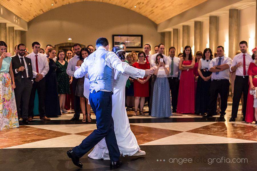 Baile de los novios Ana y Bruno en el Parador Monasterio de Corias en Cangas del Narcea Angela Gonzalez Fotografía