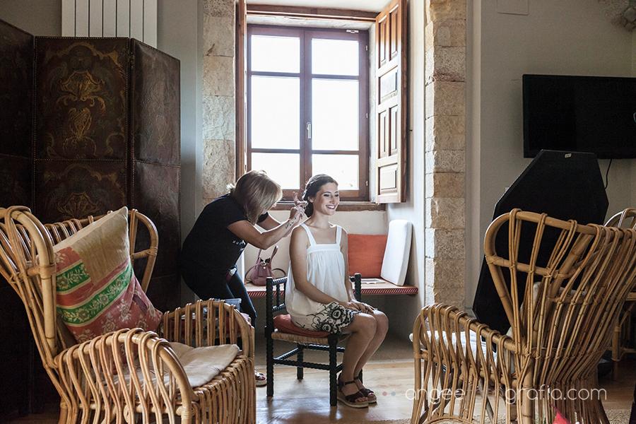 Boda Ana y Bruno en el Parador Monasterio de Corias preparativos de la novia, novia peinandose