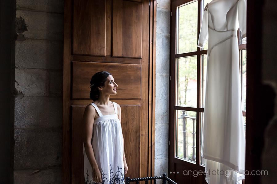 Novia mirando su vestido en la habitación del Parador Monasterio de Corias boda de Ana y Bruno Angela Gonzalez Fotografía