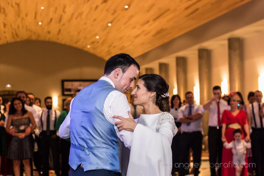 Baile de los novios Ana y Bruno miradas bailando Boda en el Parador Monasterio de Corias en Cangas del Narcea Angela Gonzalez Fotografía