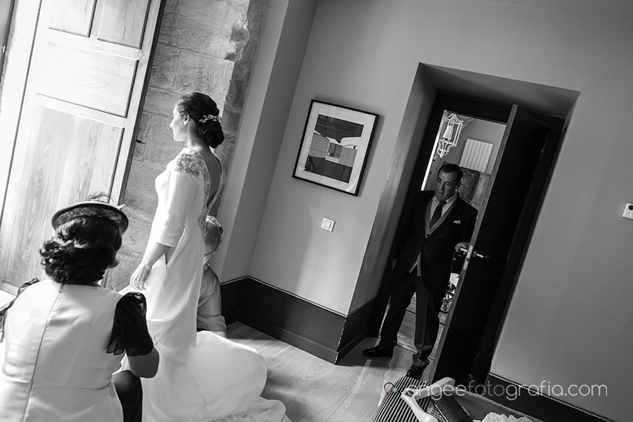 Boda Ana y Bruno en el Parador Monasterio de Corias preparativos de la novia vistiendo a la novia