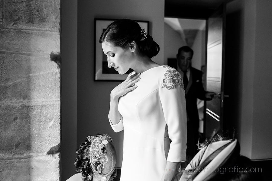 Boda Ana y Bruno en el Parador Monasterio de Corias en Cangas del Narcea preparativos de la novia vistiendo a la novia