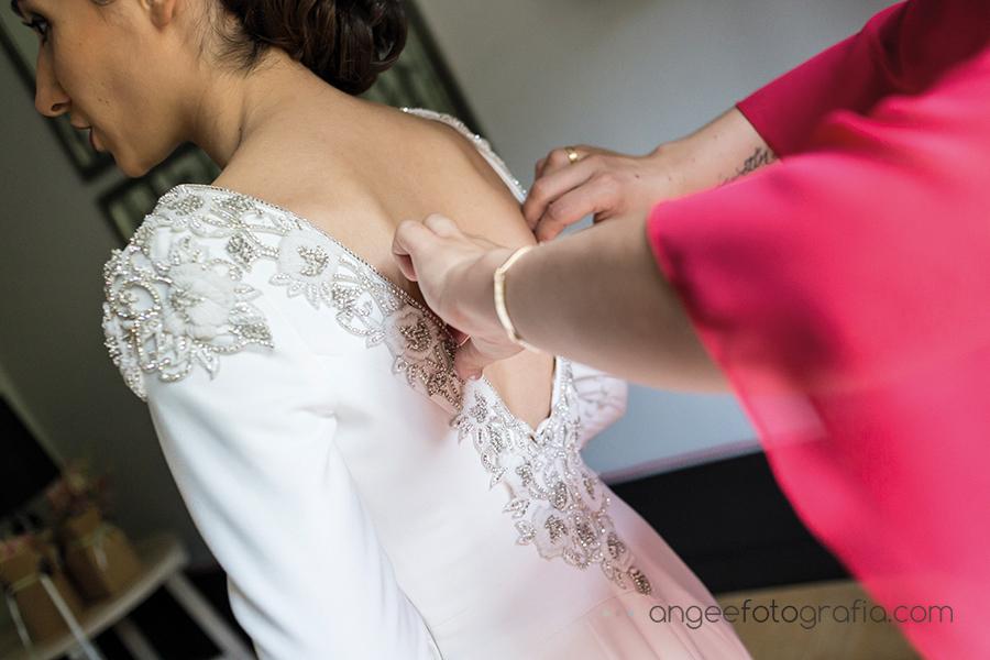 Boda Ana y Bruno en el Parador Monasterio de Corias preparativos de la novia vestido de novia por angeefotografia.com
