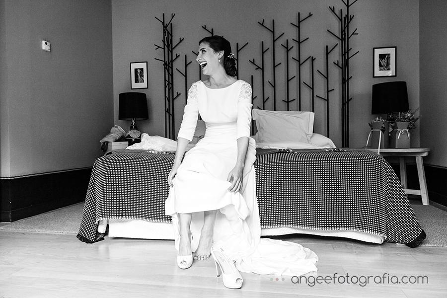 Boda Ana y Bruno en el Parador Monasterio de Corias en Cangas del Narcea preparativos de la novia zapatos de novia