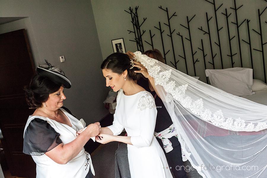 Boda Ana y Bruno en el Parador Monasterio de Corias en Cangas del Narcea preparativos de la novia colocandole el velo