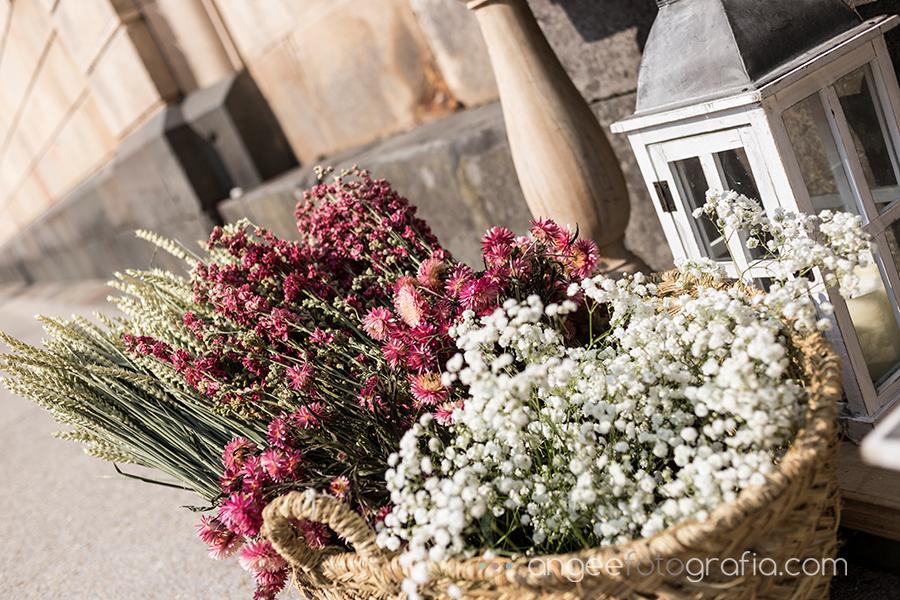 Boda Ana y Bruno en el Parador Monasterio de Corias en Cangas del Narcea detalles flores en la Iglesia
