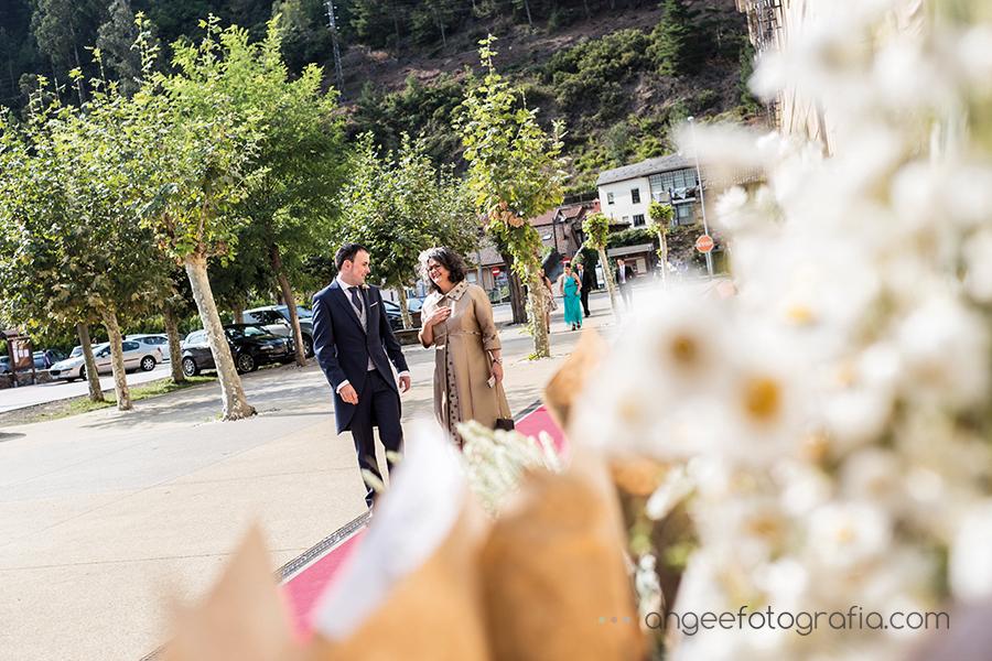 Boda Ana y Bruno en el Parador Monasterio de Corias en Cangas del Narcea Novio llegando a la Iglesia