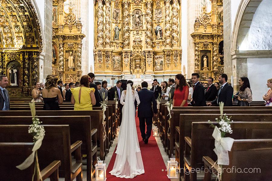 Boda Ana y Bruno en el Parador Monasterio de Corias en Cangas del Narcea novia entrando en la Iglesia