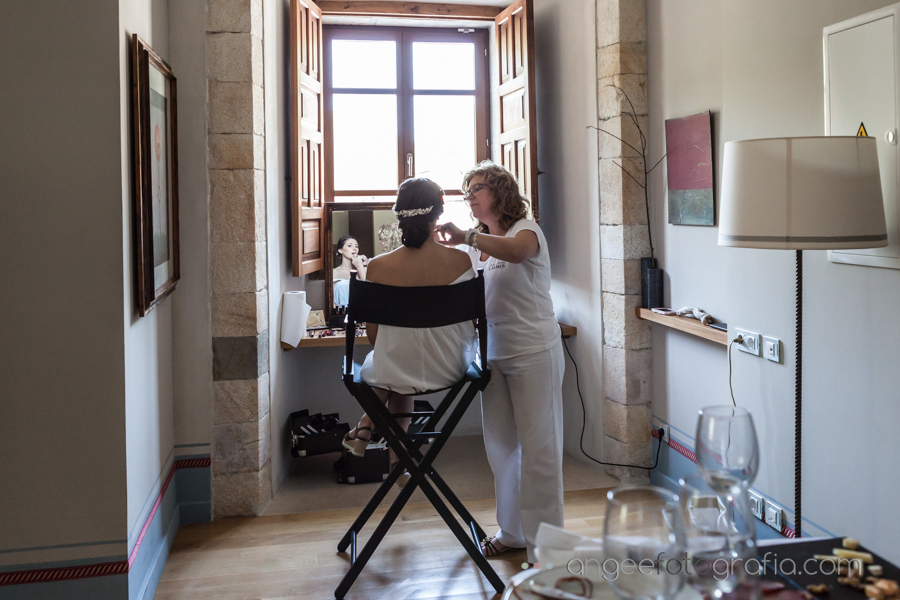 Boda en el Parador Monasterio de Corias Ana y Bruno novia maquillandose