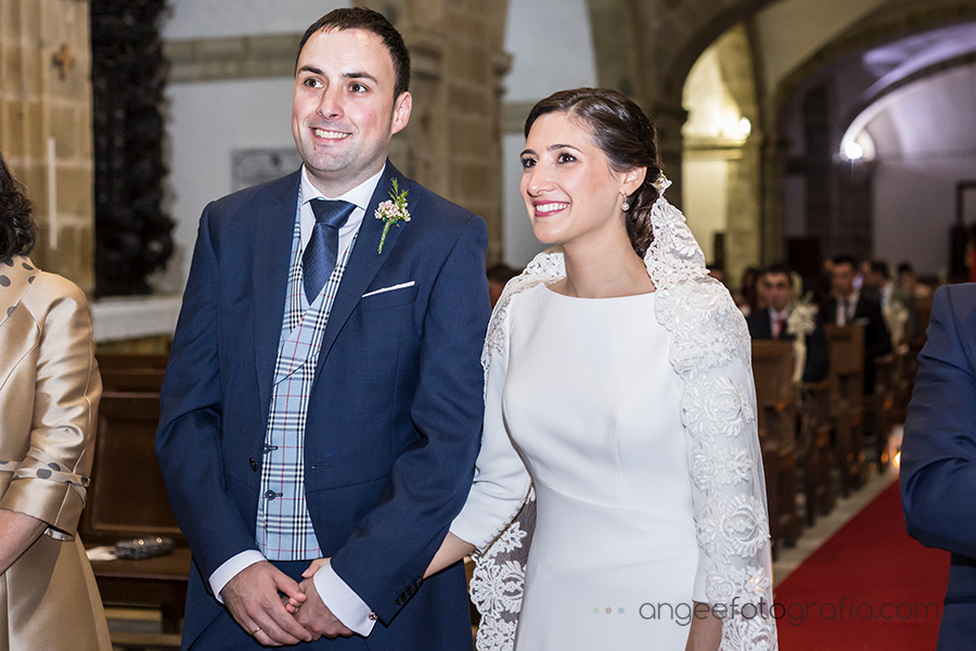 Boda de Ana y Bruno en el Parador monasterio de Corias en Cangas del Narcea recien casados en la Iglesia