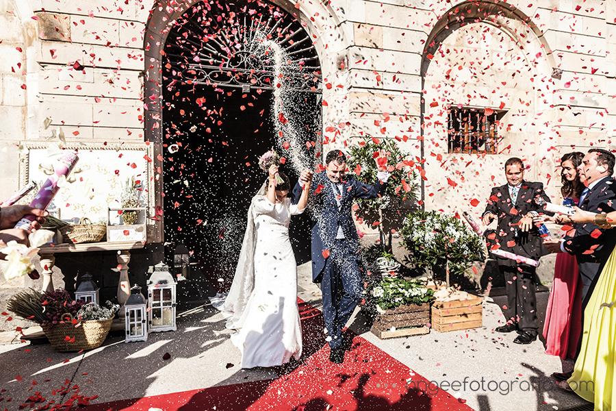 Boda en el Parador Monasterio de Corias en Cangas del Narcea novios saliendo de la Iglesia arroz y petalos de rosa