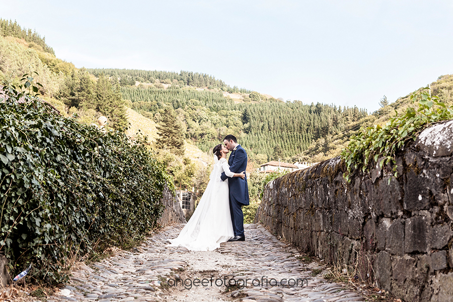 Boda en el Parador Monasterio de Corias en Cangas del Narcea Ana y Bruno en el puente romano fotos de recién casados