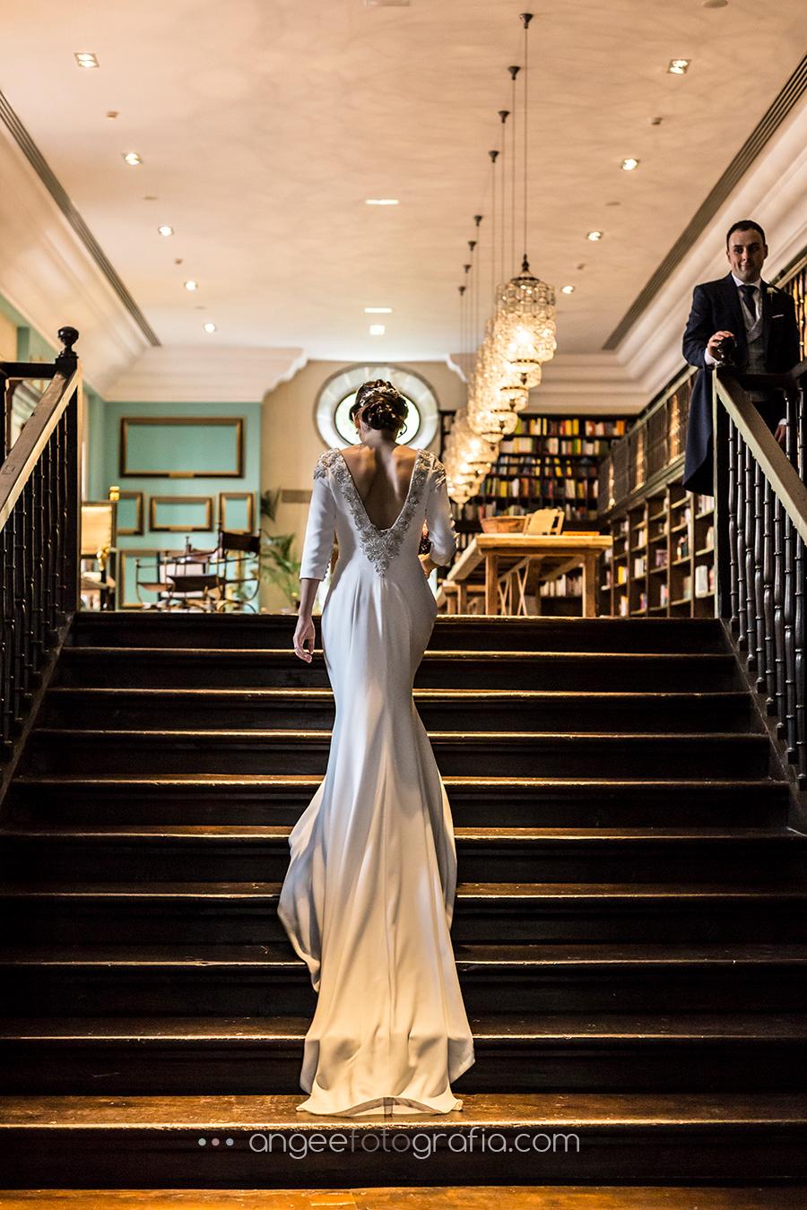 Fotos de recién casados en la boda de Ana y Bruno en el Parador Monasterio de Corias escalera de la Biblioteca Ana y Bruno angeefotografia.com