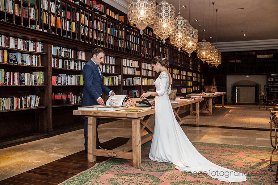 Fotos de recién casados en la boda de Ana y Bruno en el Parador Monasterio de Corias Biblioteca Ana y Bruno Angela Gonzalez Fotografía
