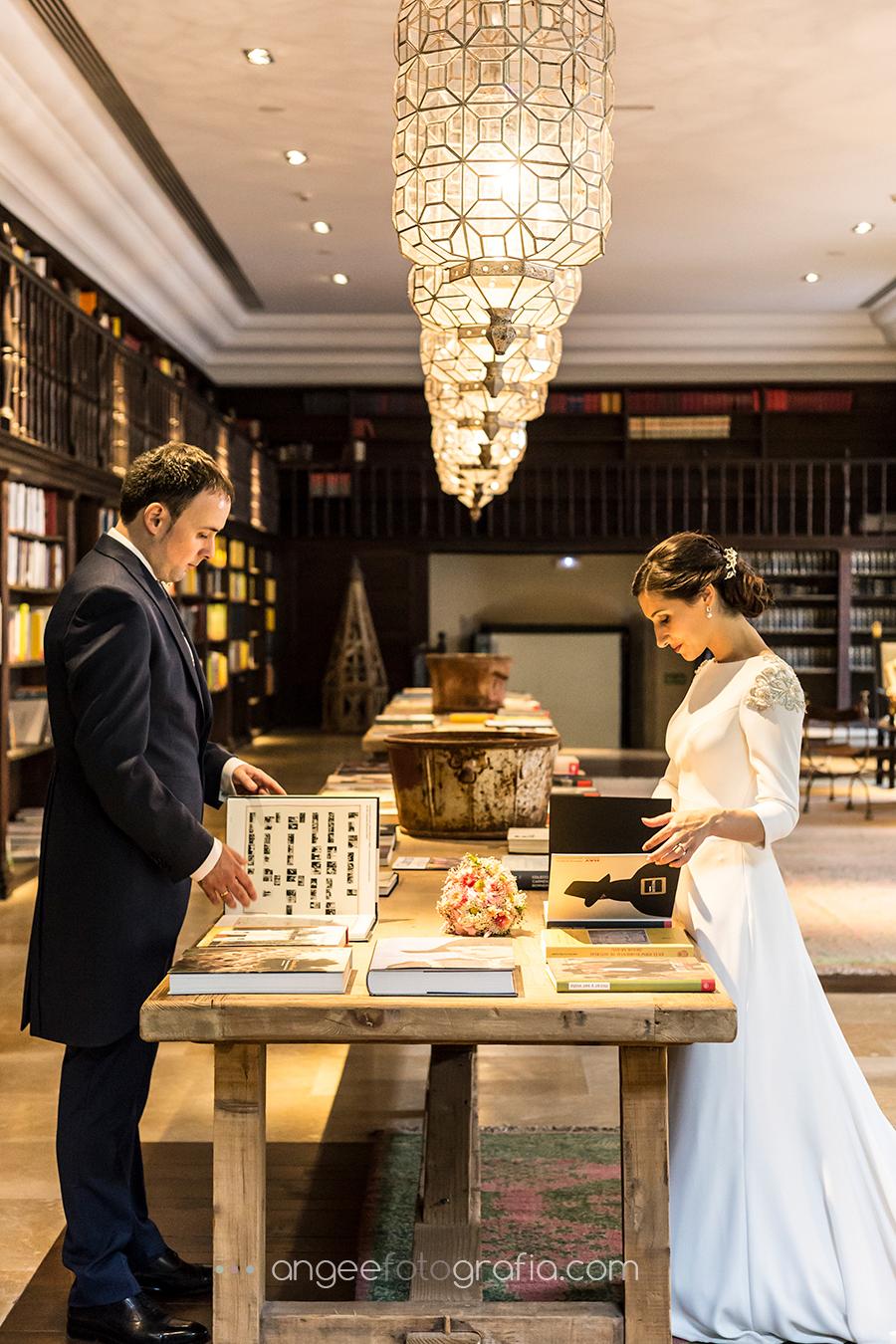 Fotos de recién casados en la boda de Ana y Bruno en el Parador Monasterio de Corias Biblioteca Ana y Bruno angeefotografia.com