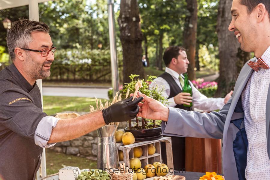 Boda Lucia y Borja en el Castillo del bosque la Zoreda por Angela Gonzalez Fotografía angeefotografia.com cóctel mesa de quesos de Aitor vega