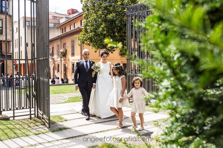 Boda Lucia y Borja en el Castillo del bosque la Zoreda por Angela Gonzalez Fotografía angeefotografia.com novia llegando a la Iglesia con su padre