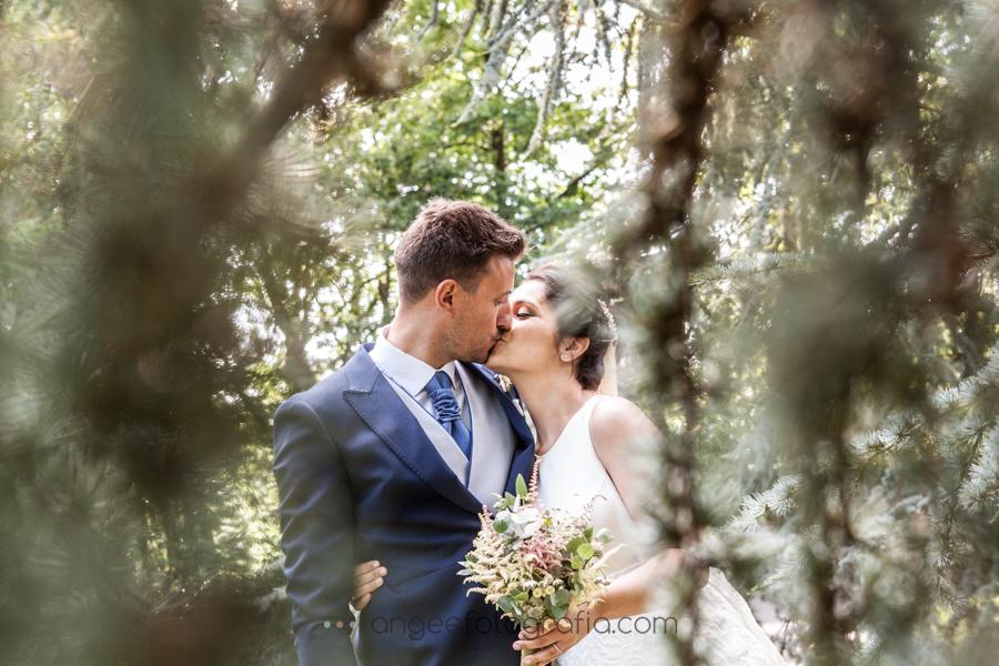Boda Lucia y Borja en el Castillo del bosque la Zoreda por Angela Gonzalez Fotografía angeefotografia.com fotos de recién casados en el bosque beso de novios