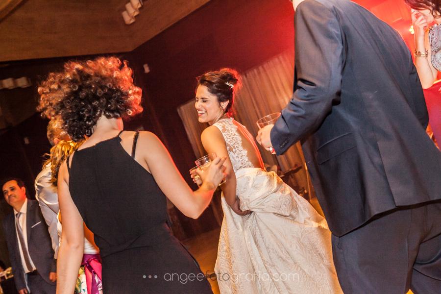 Boda Lucia y Borja en el Castillo del bosque la Zoreda por Angela Gonzalez Fotografía angeefotografia.com novia bailando