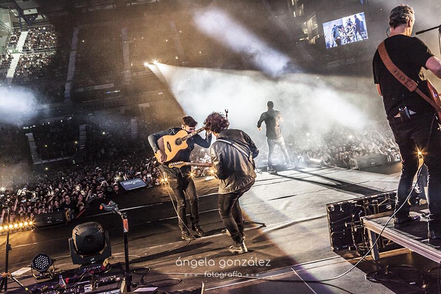 Musicos de Melendi en Madrid sobre el escenario
