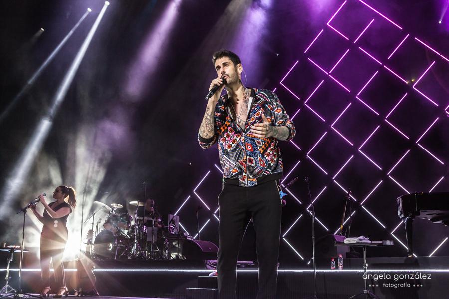 Foto de Melendi cantando en concierto