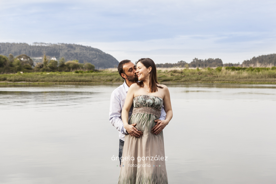 fotos de embarazada, mamás, papás beso pareja
