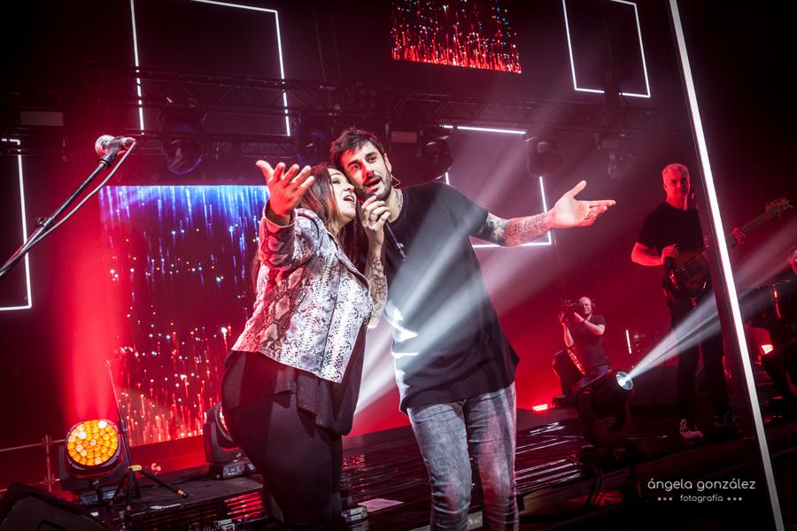 Melendi con Esmeralda Grao en concierto