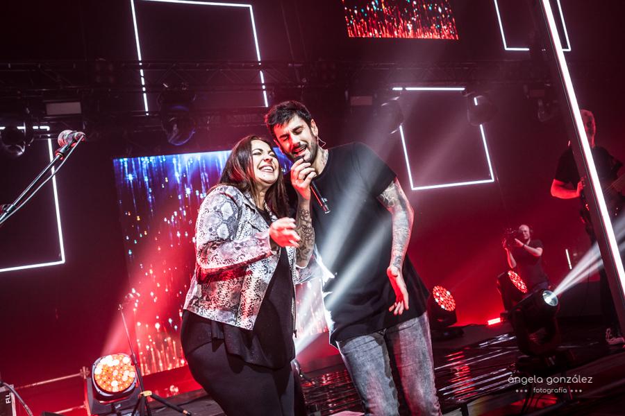 Melendi con Esmeralda Grao cantando en A Coruña